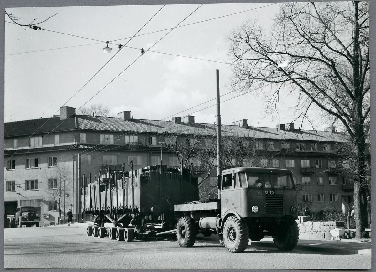 Lastbilstransport i Reimersholme. Kontaktledningarna är till för elbussar.