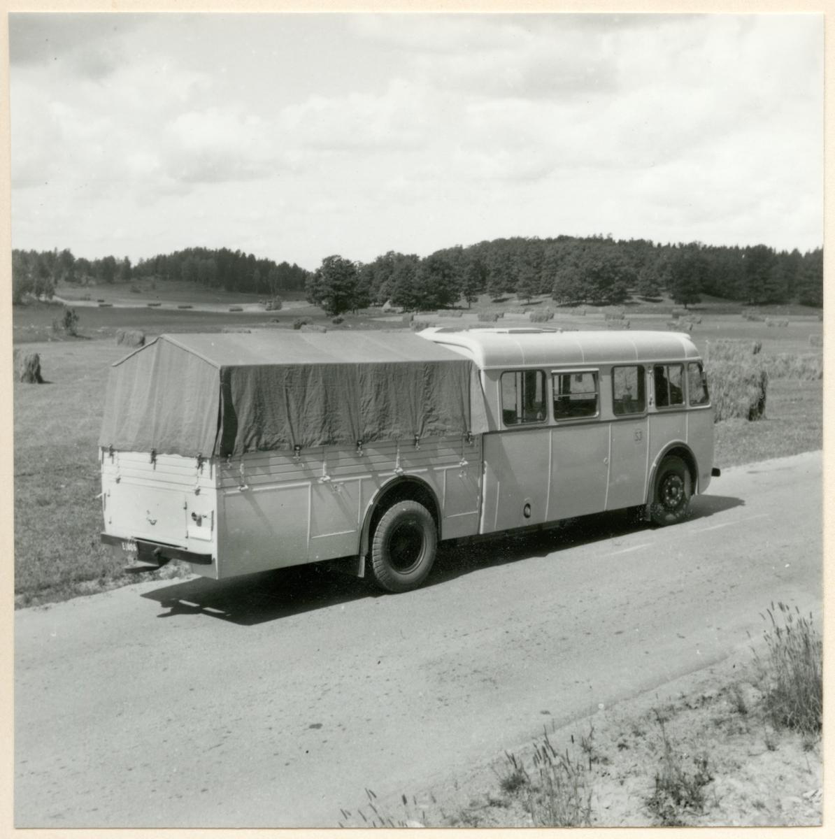"""Statens Järnvägar, SJ buss. I folkmun kallad """"Skvader"""" en buss med flak."""