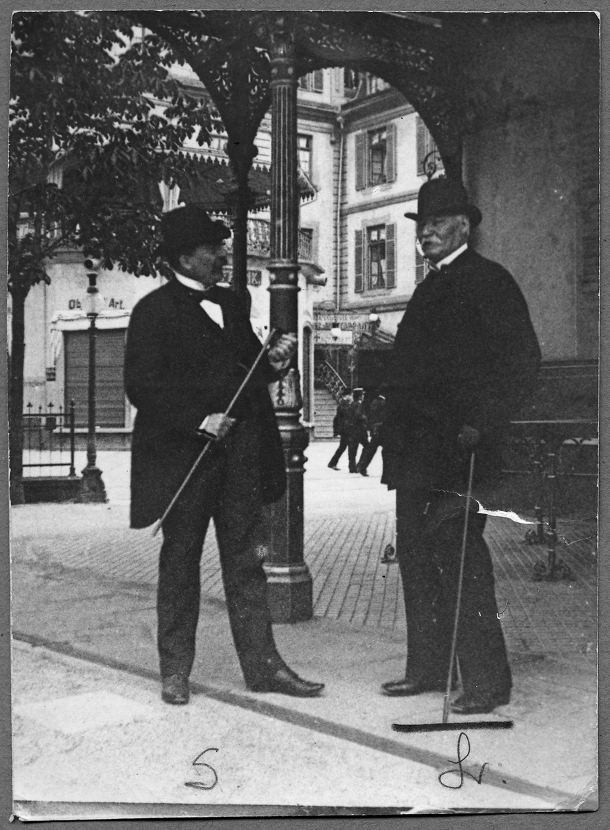 Till höger bandirektör August Theodor Lindencrona. Till vänster okänd.
