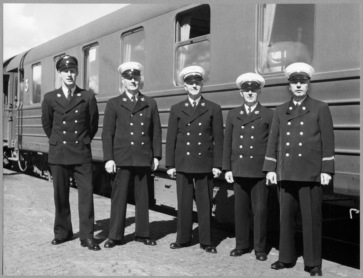 Familjen Israelsson - Fem järnvägsmän. Från vänster Stationskarl Rune, pappan Trafikmästare Hugom, Trafikmästare Ernst, Trafikmästare Herman Walther samt Stationsmästare Sture.