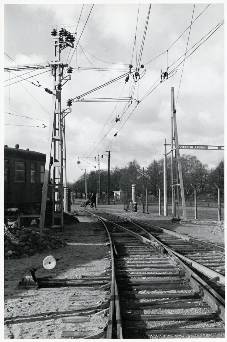Kontaktledning vid järnvägsspår.
