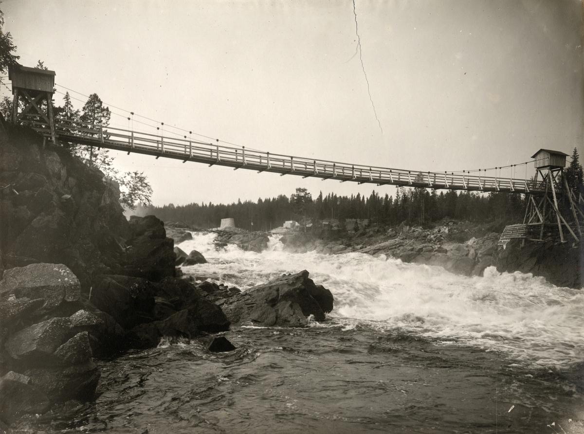 Provisorisk gångbro, Åkvisslan vid Fjällsjöälven. Sveriges statsbanor järnvägsbyggnad Forsmo-Hoting. Arbetet med brostöden påbörjades i början av 1922 och slutfördes i september samma år.