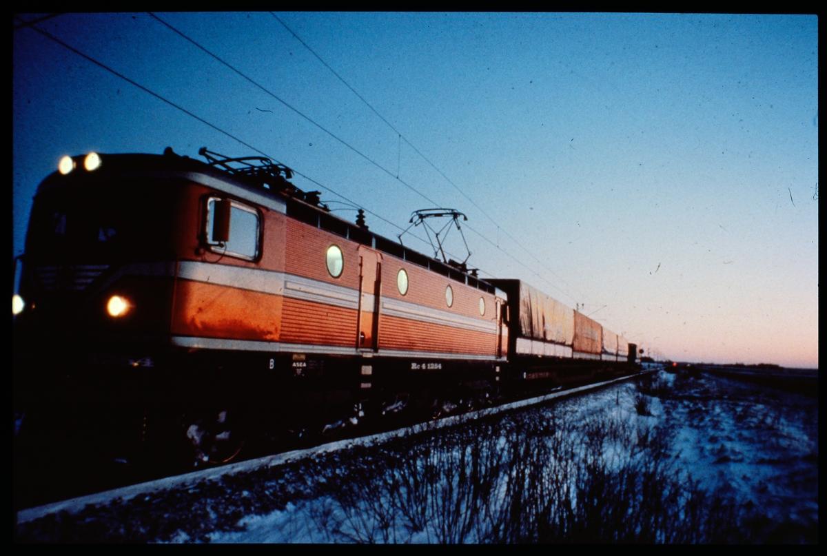 Statens Järnvägar, SJ Rc4 1254 med godståg.