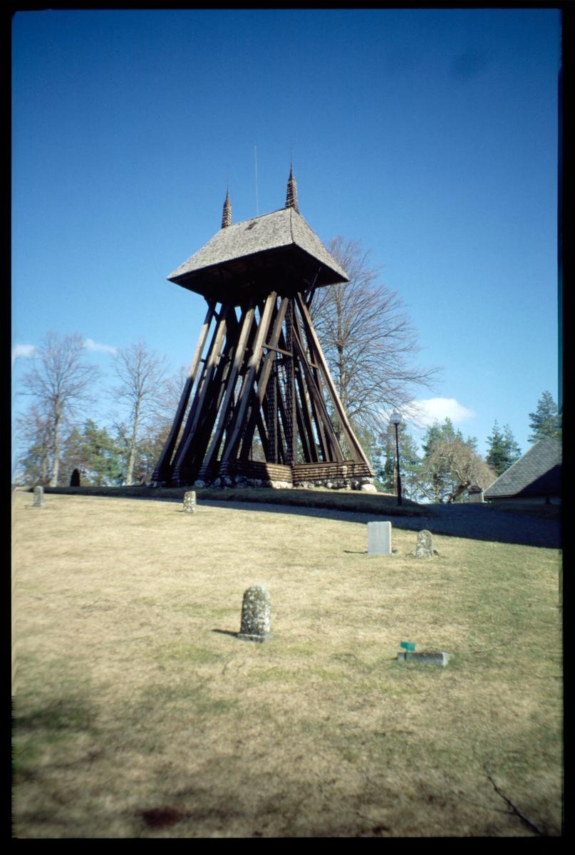 Klockstapeln vid Bettna kyrka.
