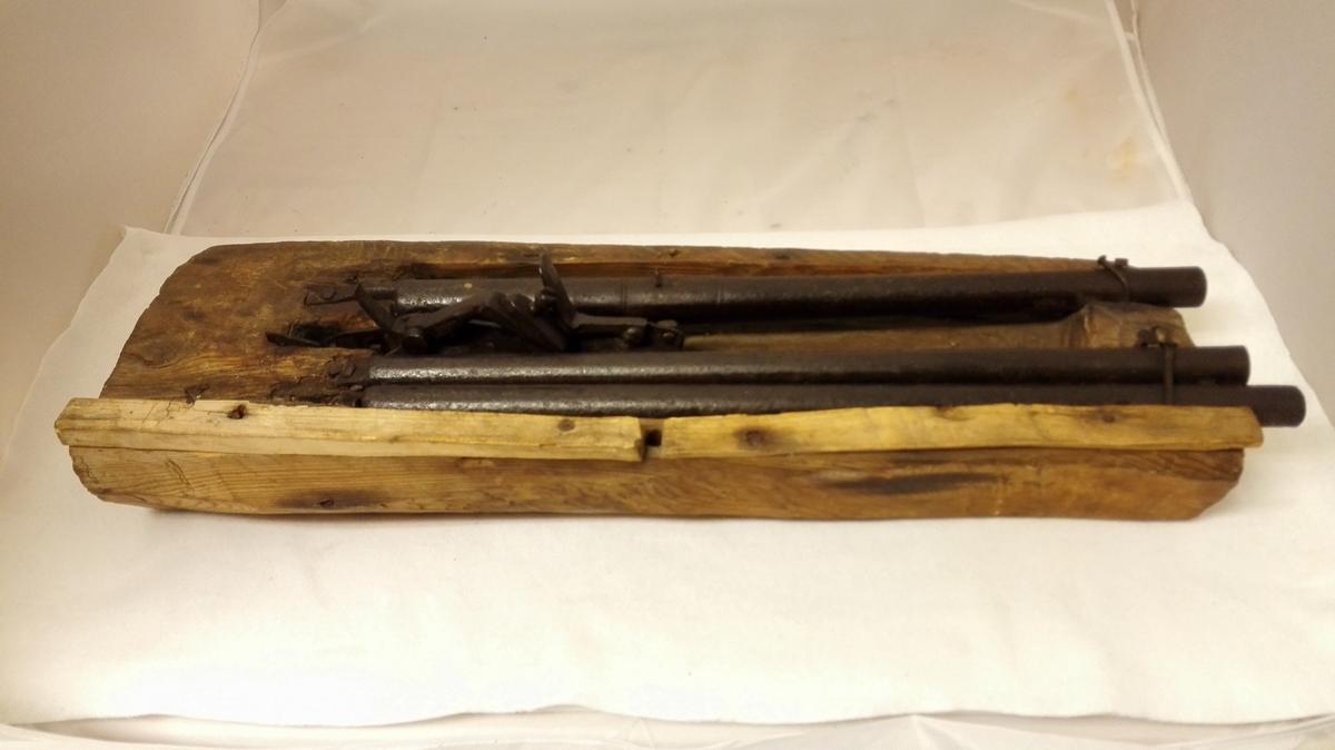 1 bjørnegildre.  I en som et likt traug uthulet træstok er anbragt tre avskaarne geværpiper, henholdsvis  52,3 - 50,1 og 51 cm lange. Geværpipernes diameter ca. 2 cm. To av piperne staar sammen ved den ene kant og i mellem disse og den tredie pipe er anbragt et snaphanelaas, hjemmesmidd. Gave fra gaardbruker Nils Hammersnæs, Fjærland.