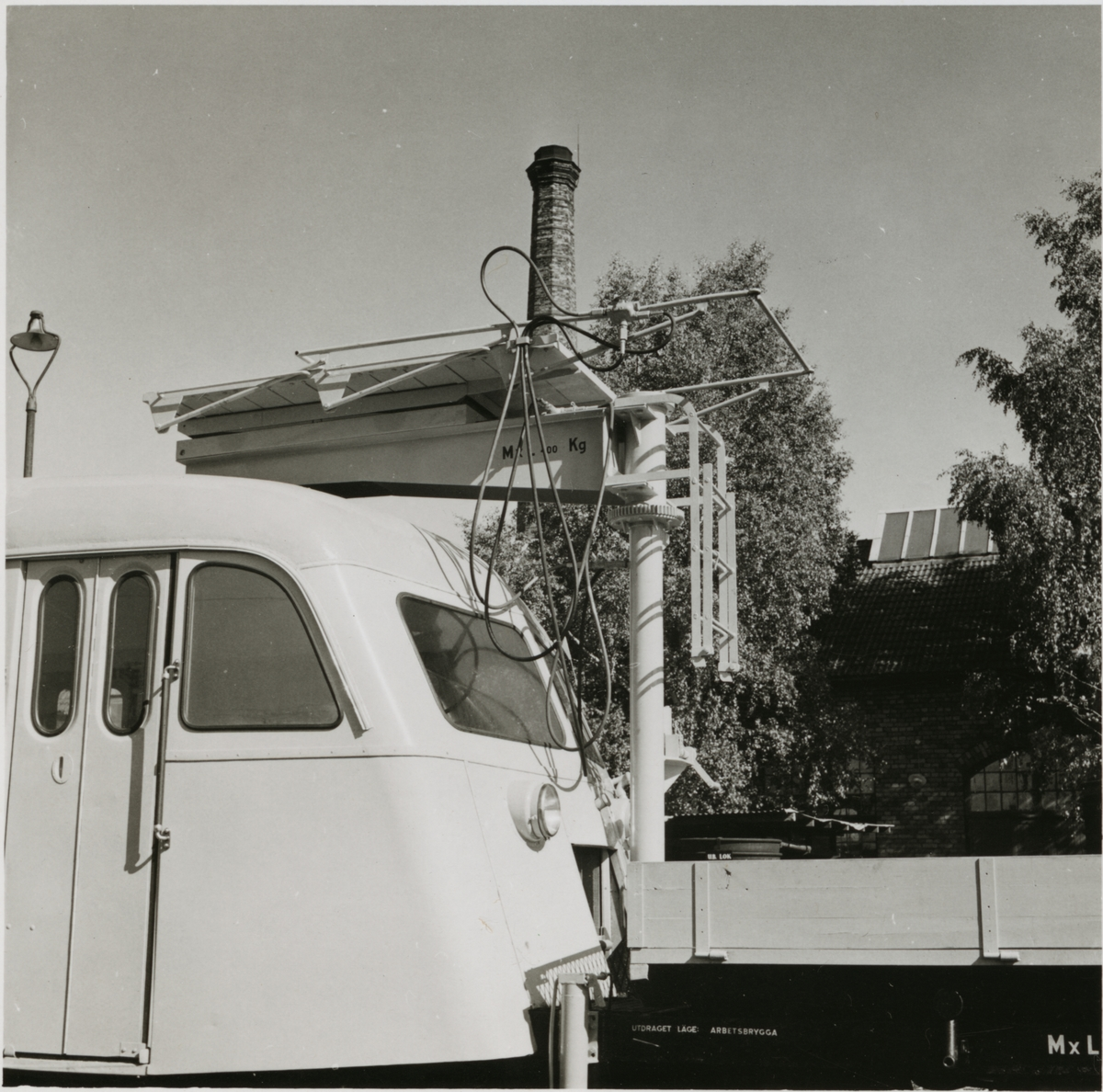 Detaljbild på del av motordressin med flak och arbetsplattform.