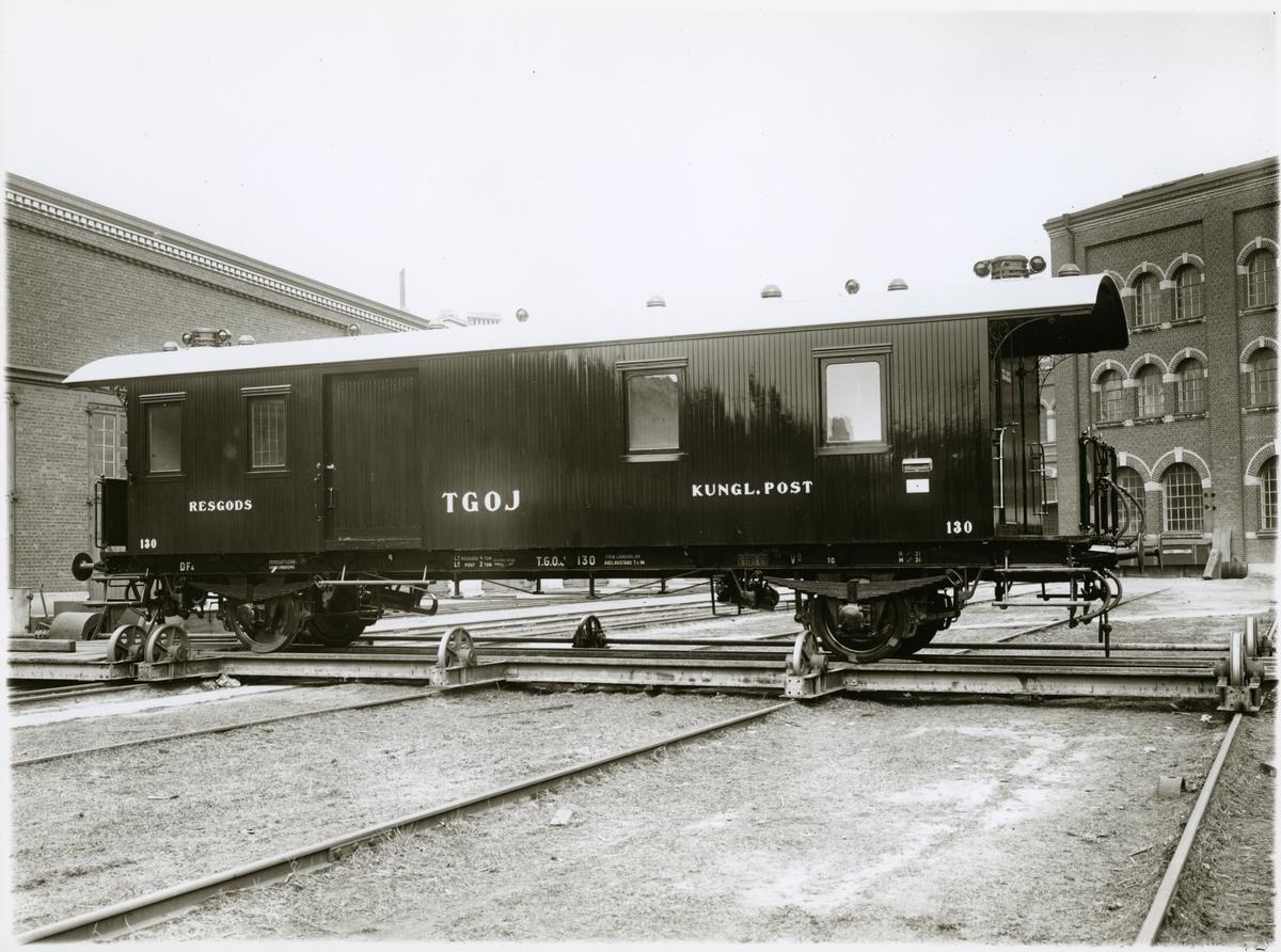 Trafikaktiebolaget Grängesberg - Oxelösunds Järnväg, TGOJ DF4 130. Kombinerad post- och resgodstvagn på skjutbord.