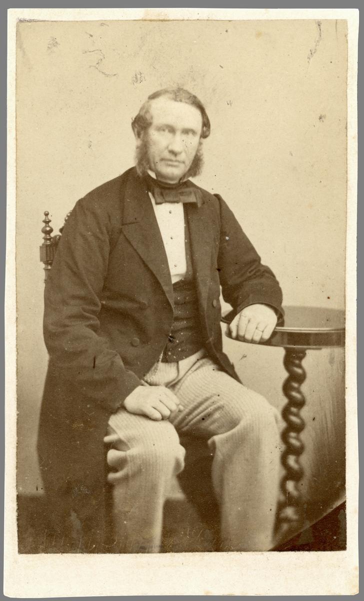 Porträtt av Johan Jacob Ros. Medlem av Borgenskapets äldste i Norrköping. Även klädesfabrikör i staden. En tid drev han sin rörelse i Bergslagsgården. Gift med Johanna Lovisa Swartling (1819-1905).