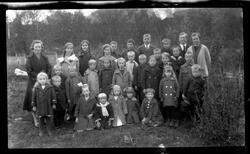Gruppebilde av søndagsskoleklasse fra Lundenes.