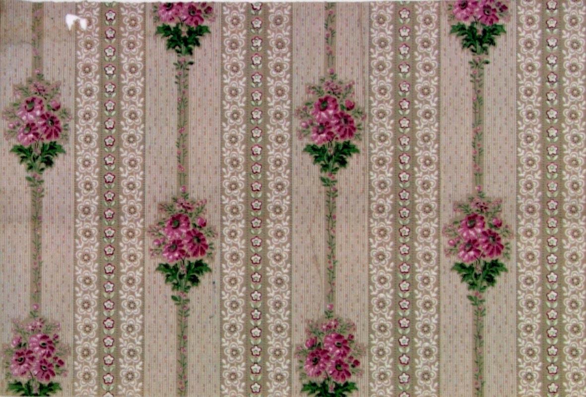 Randmönster med blombukett i diagonalupprepning. Tryck i vitt och gulgrönt samt i två rosa nyanser på ett ofärgat papper.