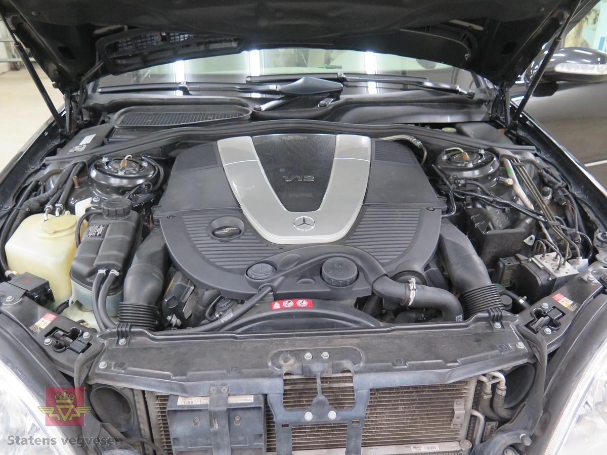 4-dørs karosseri, svart lakk. Hvitt interiør. Bilen har en vannavkjølt, bensindrevet 12-sylindret V-motor (V 12) med turbo. Motoren har et sylindervolum på 5513 kubikkcentimeter. Motorytelse/effekt 500 hk/368 kW. Antall sitteplasser er 4. Dekk foran og bak skal standard være 235-700R450AC P.