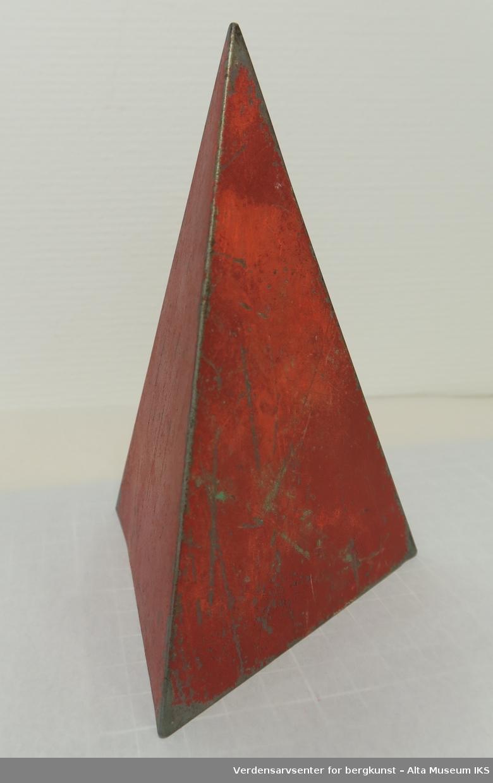 En prismeformet gjenstand laget av metall.