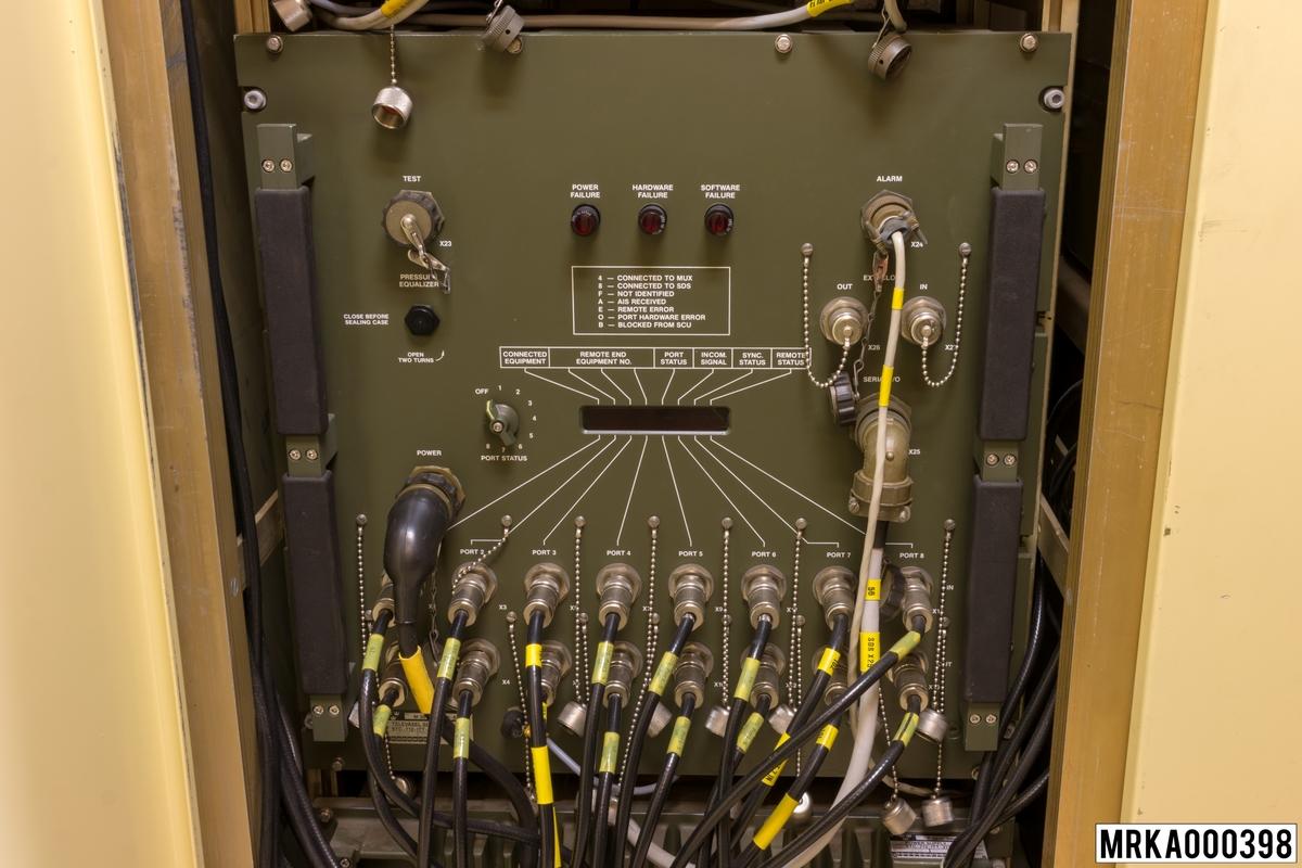 Televäxel SDS (Small Digital Switch) är en mikroprocessorstyrd växel, som kan arbeta ensam eller som del i nätet. Max åtta PCM-system (med 30 kanaler vardera) kan anslutas till de åtta portarna i televäxel SDS, vilket innebär att den maximal kapaciteten är 240 kanaler. Vid skador i nätet söker televäxlarna automatiskt uppkopplingar på andra framkomliga vägar. Fast monterad i SBC-kärran, ingående i KA-batteri m/80.  Ursprungsbetäckning: STC-712-ITT-34000 AABA