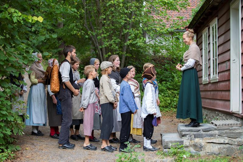 Barn foran Skolestua på Historisk ferieskole Norsk Folkemuseum.
