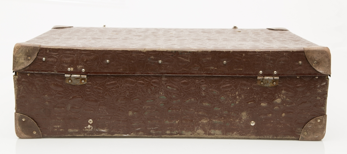 Godt brukt pappkoffert med hank og 2 lukkeanordninger på lokk