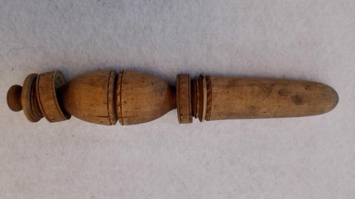 Form: Pinne, med lausdreia to ringer.