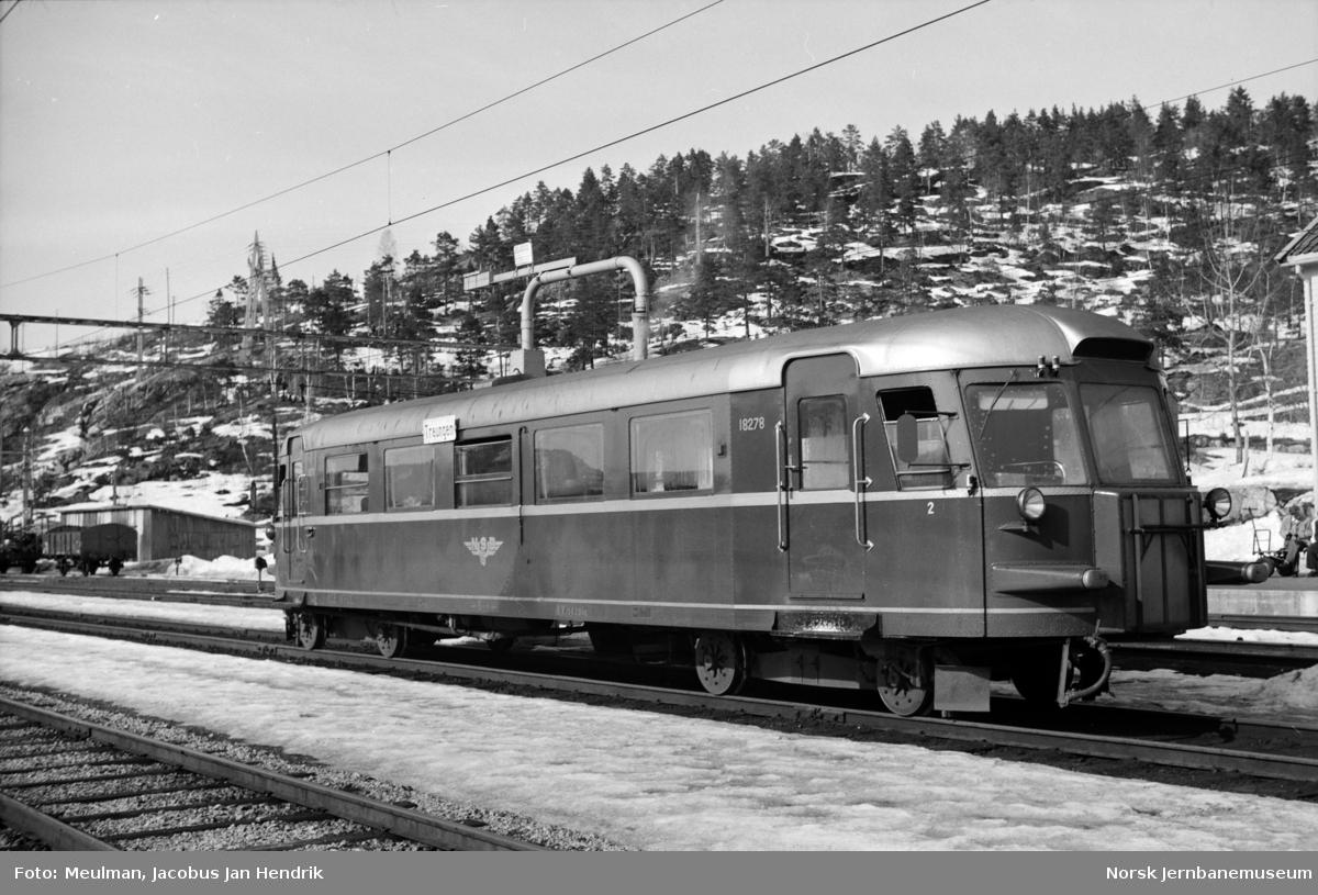 Motorvogn type 7 nr. 18278 (senere Bmdo 87 78) med persontog til Treungen på Nelaug stasjon.
