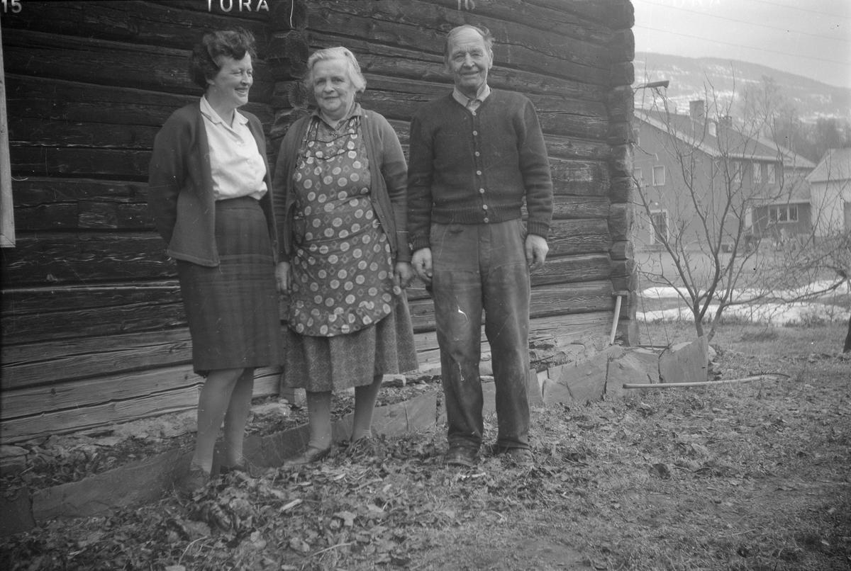 Gruppebilde av en mann og to kvinner