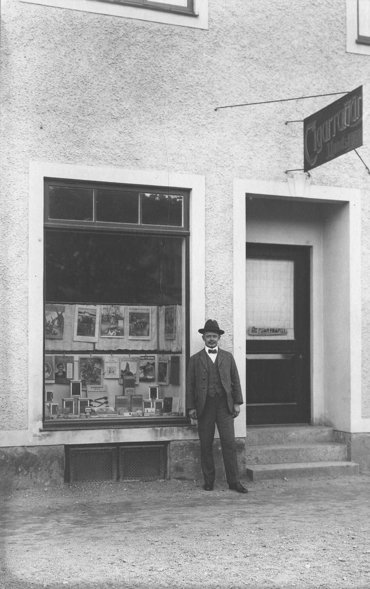 Lundström porträtterad utanför sin cigarraffär. Lundström var född 1891 och bodde 1923 på Färgaregatan 2.