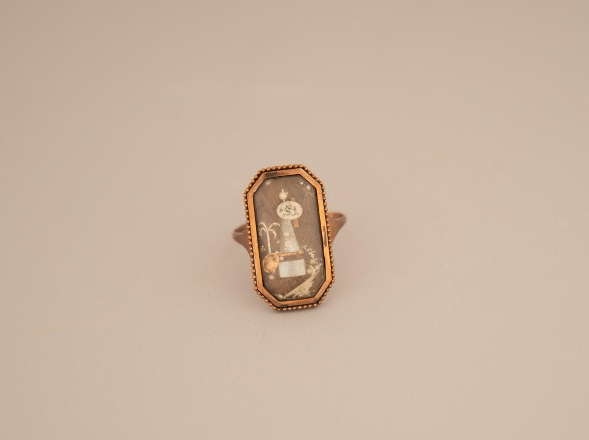 537fd8be Rektangulær gullring med glassplate. Hjemmelaget dekor på innsiden av  glasset. Helt bak et mønster