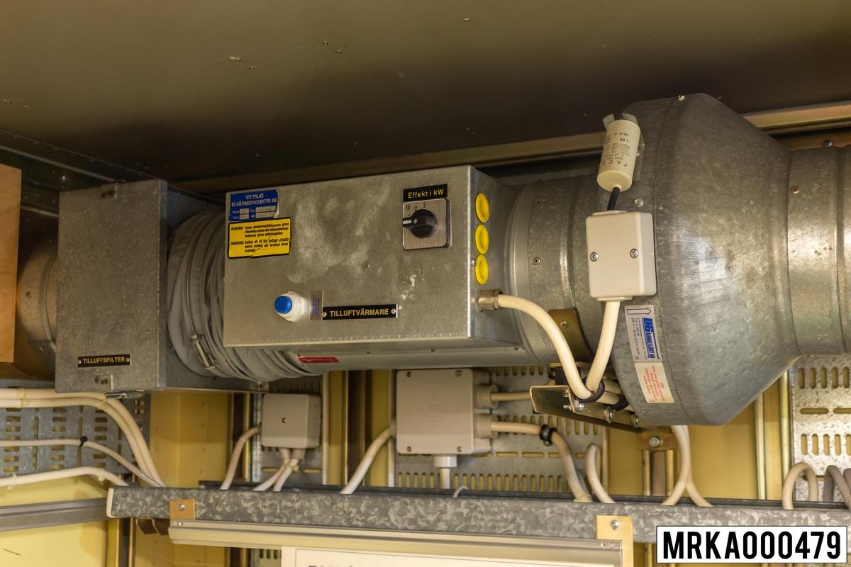 Tilluftskanalen utgör ett fläktstyrt ventilationssystem, som håller temperaturen i kärran på ca +20 grader. Ytterluften tas in genom ett inloppsgaller och filtreras i en filterkasset innan den värms upp av en kanalvärmare innehållande värmeelement.  En tilluftsfläkt blåser ut den uppvärmda luften i kärran via en inloppstrumma och ett galler. Om temperaturen i kärran blir för hög, stängs kanalvärmaren i tilluftskanalen av och ett klimataggregat kopplas in.