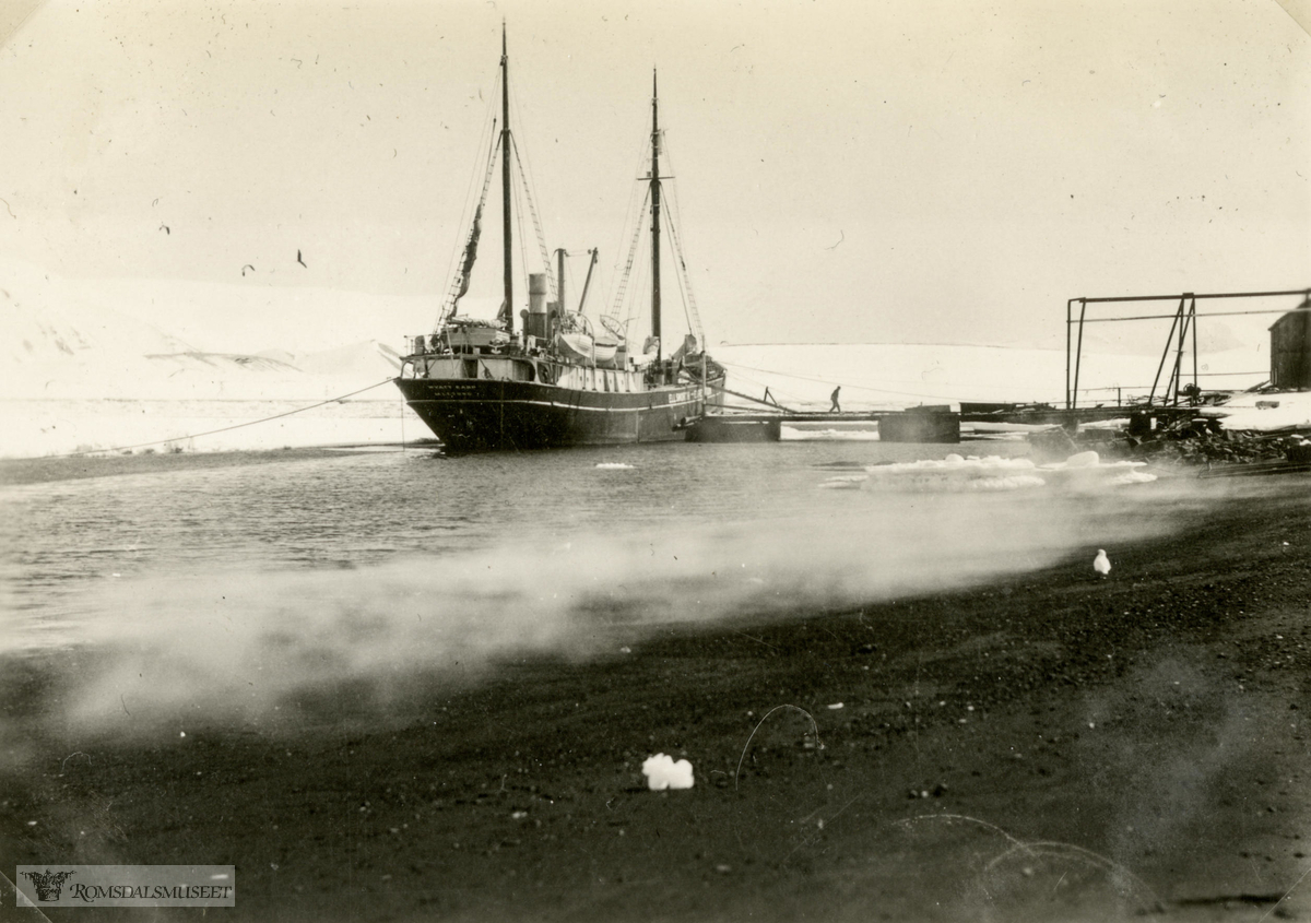 MV Wyatt Earp ved kaia på Deception Island i oktober-november 1934. Ellsworth-ekspedisjonen 1933-1935. Fra Magnus Johannessens fotoalbum. Magnus Johannessen fra Ålesund var med i mannskapet ombord i ekspedisjonsskipet Wyatt Earp (eks- Fanefjord) på de to første ekspedisjonsturene til Antarktis.