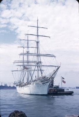 Skoleskipet STATSRAAD LEHMKUHL på tur til USA i 1952. Slepebåt har lagt til langsiden av fartøyet. Antagelig ved innseilingen til New York.