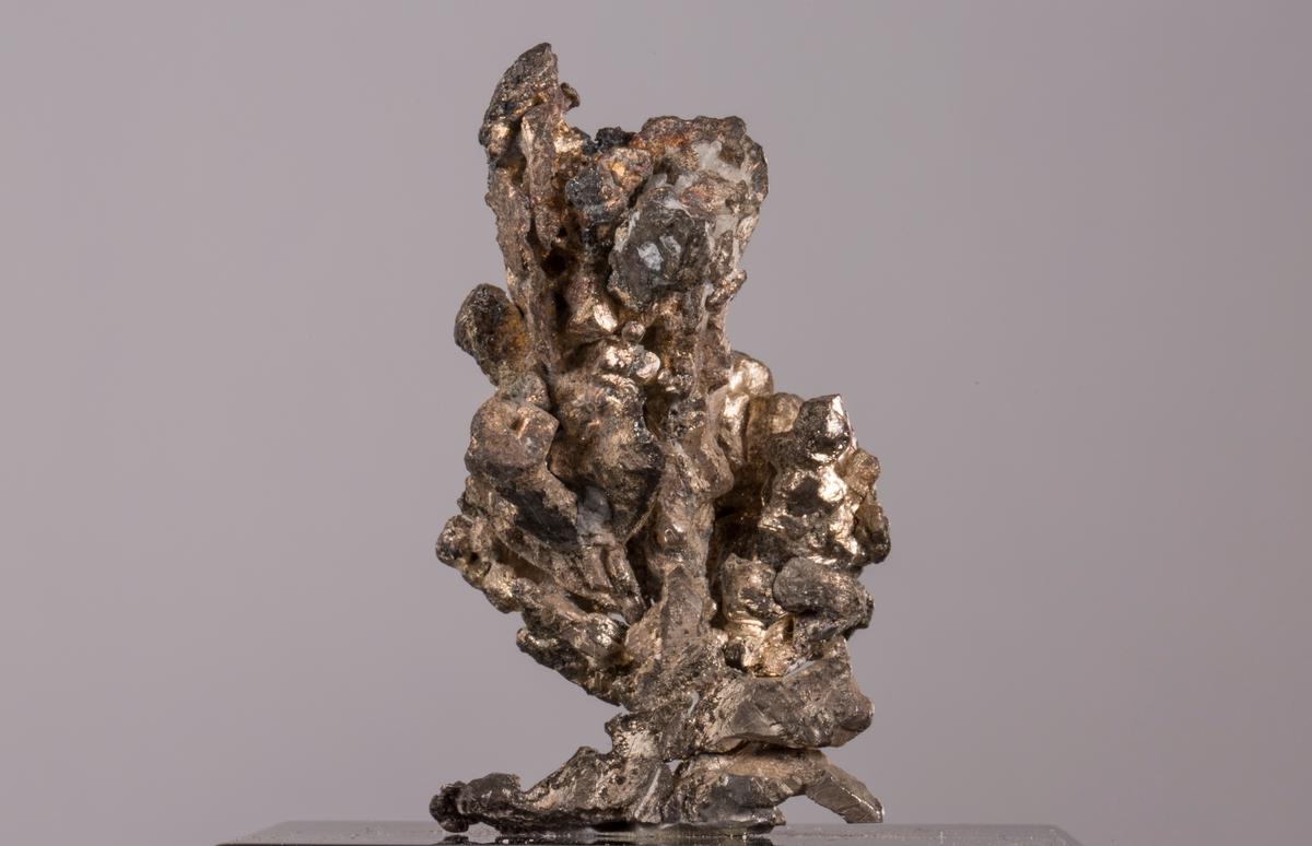 """""""Drueklase (konvall)"""" på svart plate Vekt: 63,33 g (med sokkel) Størrelse: 4,7 x 2,8 x 2,6 cm"""