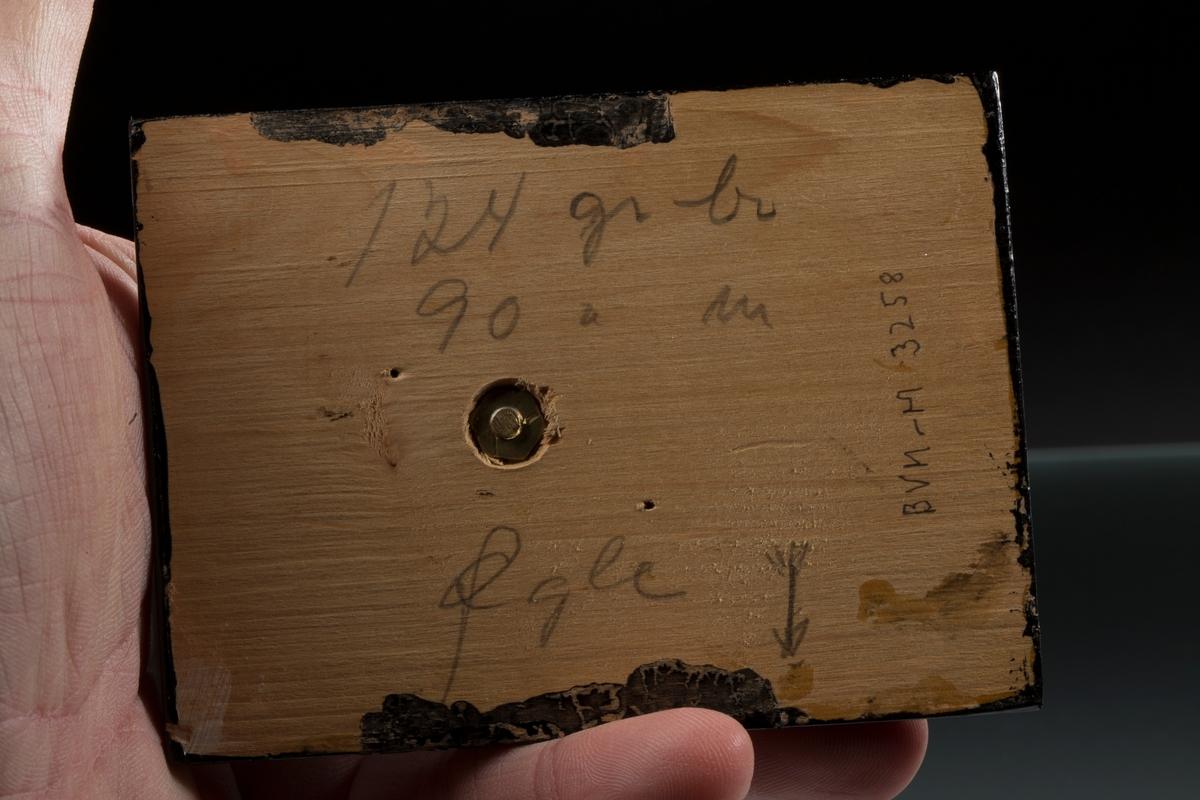 """""""Øgle"""" på svart plate med påskrift: """"124 gr br, 90 gr n, Øgle, BVM-M 3258"""" Syret Vekt: 123,04 g (med sokkel) Størrelse: 6,5 x 5 x 2,5 cm"""
