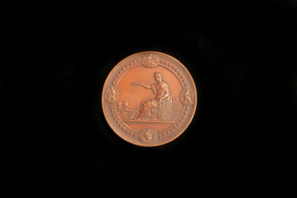 Minnesmedalj från världsutställningen i Philadelphia 1871. Ligger i en träask klädd med mörkt svartblått skinn och invändigt i lila sammet. Knäppet är trasigt, endast delen på locket finns kvar. På locket står J. Edgren.