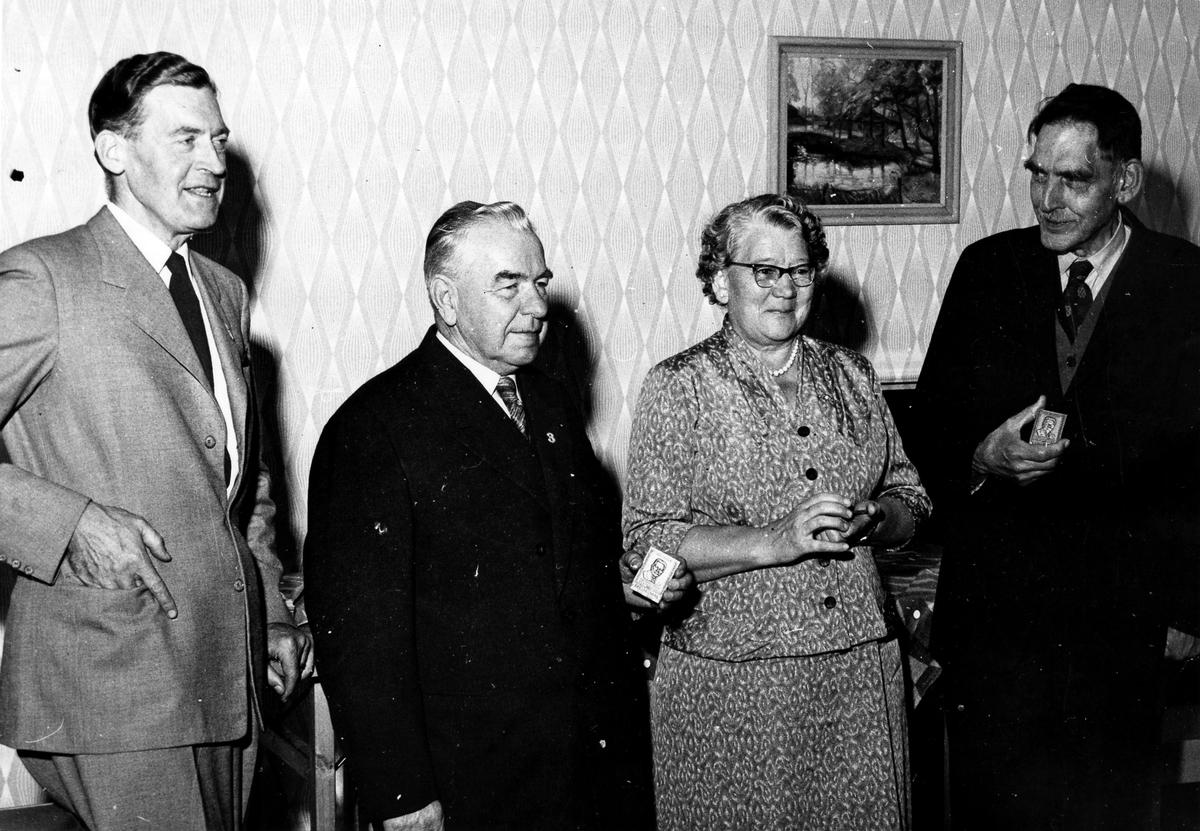Medaljutdelning för långvarigt i medlemskap i Folkpartiet.  Från vänster: Bo Skårman. Ester Sandin, (lärarinna). Magister Kjellin, (lärare vid läroverket).