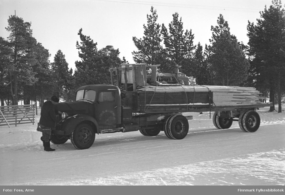 """""""Pohjolan Liikenne"""" lastebil i Karigasniemi ved grensen til Norge (i Utsjok kommune i Finland), februar-mars 1947. Lastebilen er lastet med bygningsmaterialer."""