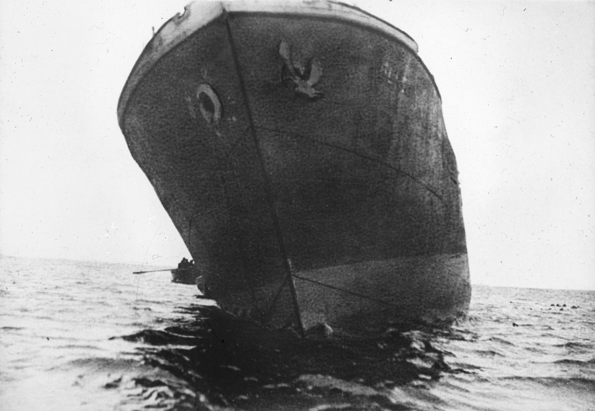 Nærbilde av baugen på et skip.