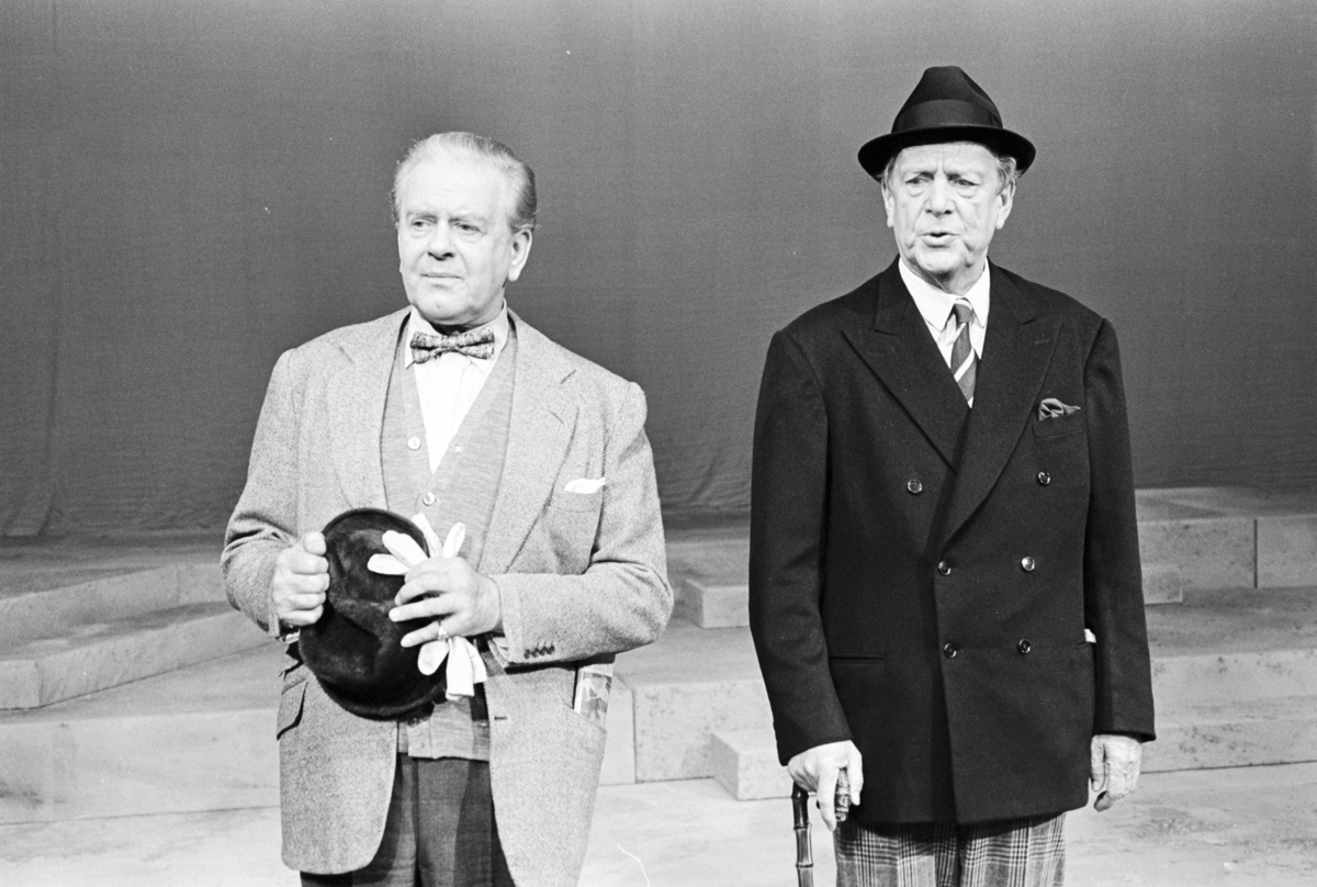 """Scene fra Nationaltheaterets oppsetning av David Storeys """"Hjem"""". Forestillingen hadde premiere 27. oktober 1971. Kirsten Sørlie hadde regi og medvirkende var blant andre Per Aabel som Harry og Stein Grieg Halvorsen som Jack."""