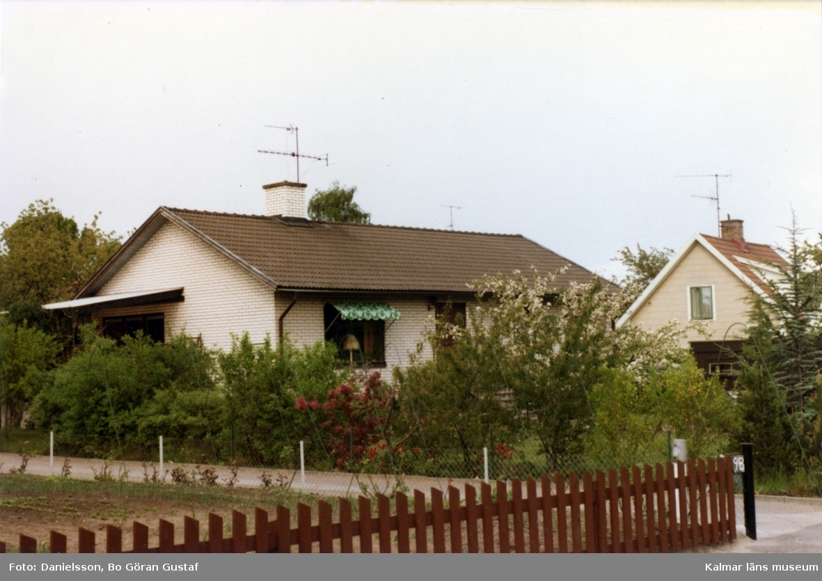 Bostadshus i vit tegel och sadeltak i en trädgård på Vintergatan 11a. Ägaren hette Carling och byggmästaren var Bertil Danielsson.