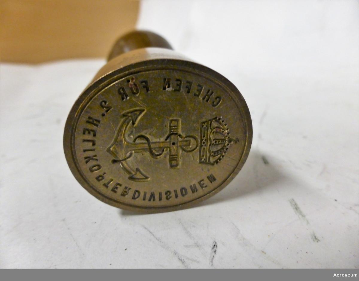 """En sigillstamp med Marinens vapen omgiven av texten: Chefen för 2. Helikopterdivisionen"""""""