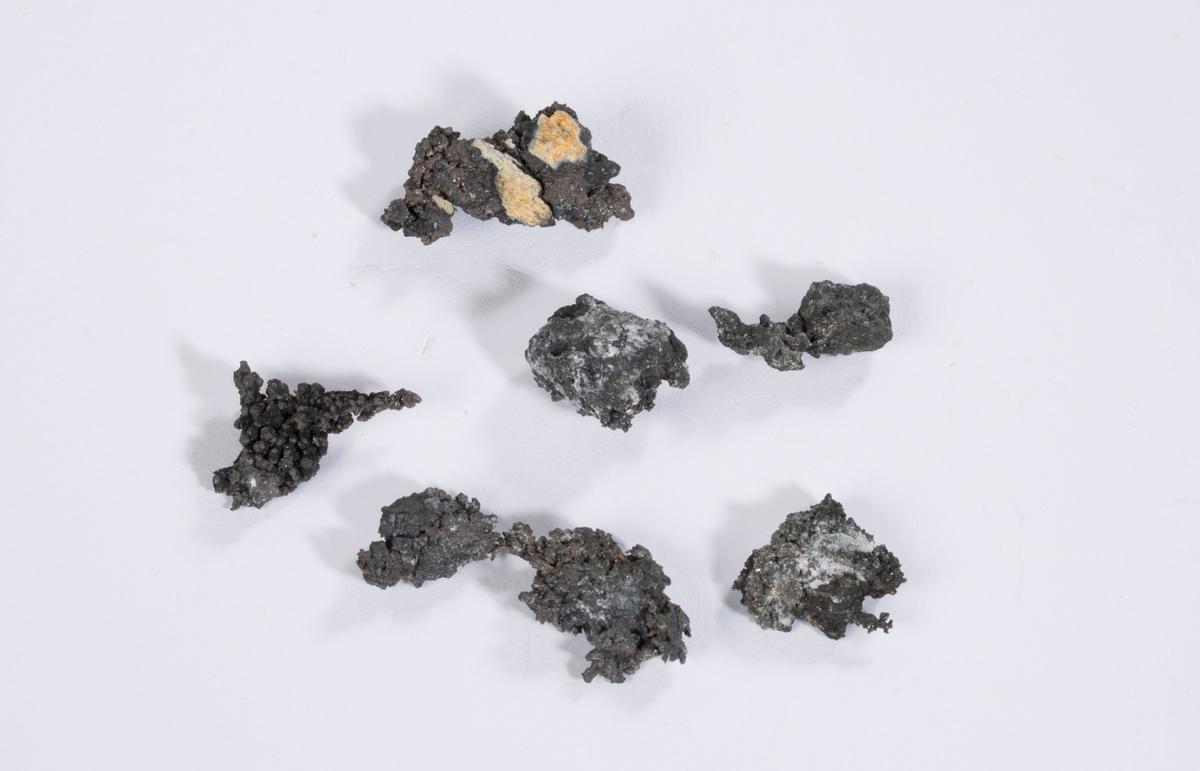 Vekt: 26,93 g (6 biter) 6 biter av mosesølv, dekket av acanthitt