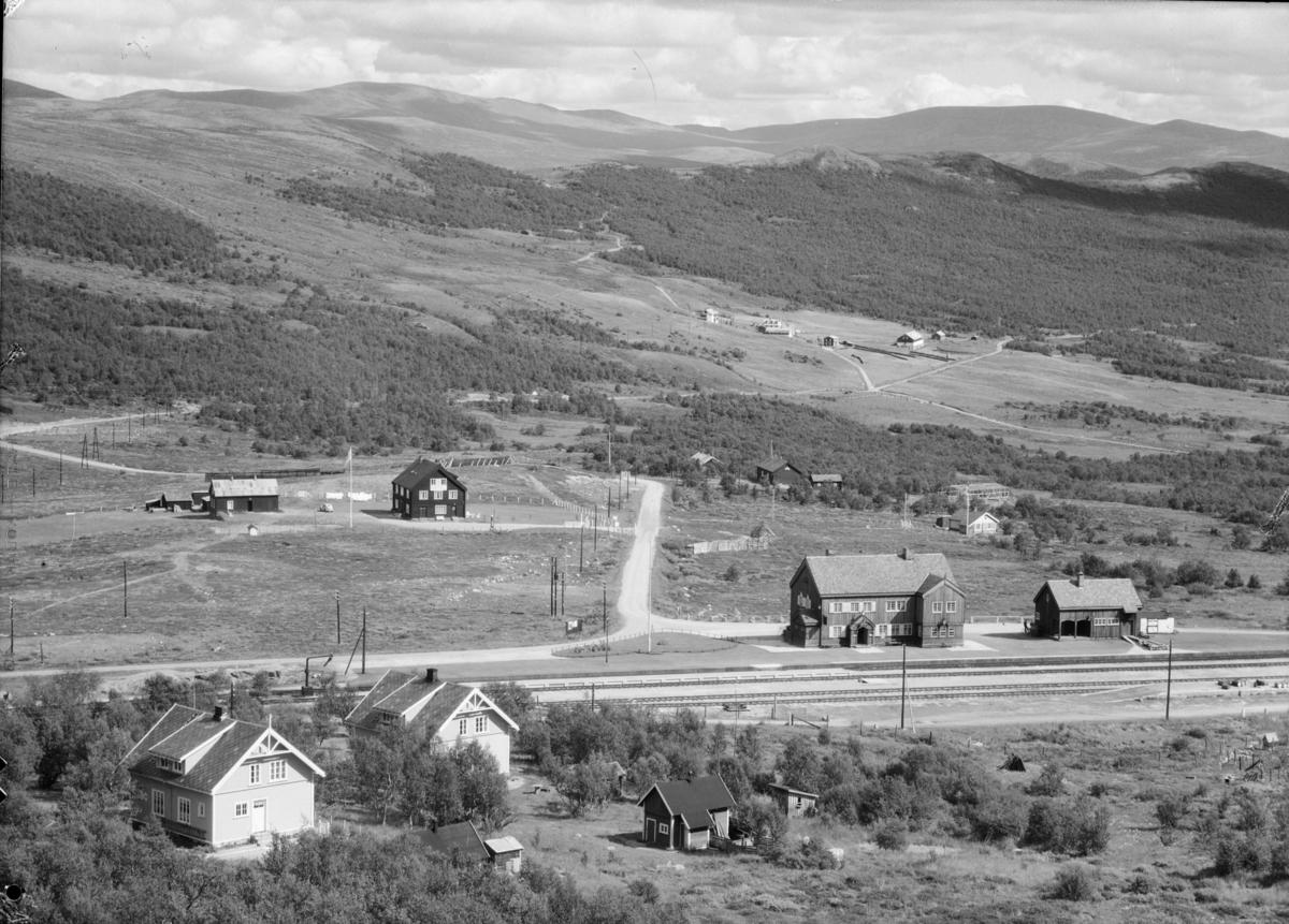 Dovrefjell, til høyre Hjerkinn stasjon med Hjerkinnhus hotell bak til venstre. Langt bak i bilde ligger Hjerkinn Fjellstue