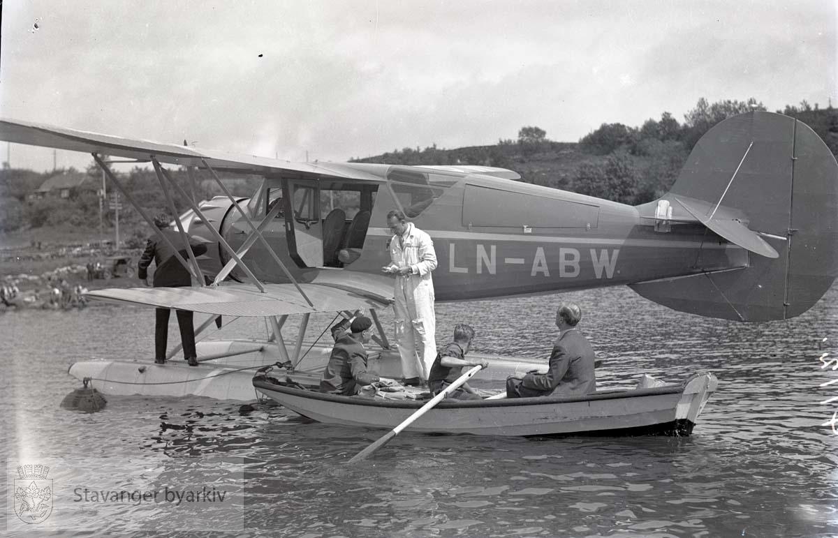 Sannsynligvis flyet som Widerøes flyfotos er tatt fra. Besetningen i jolle utenfor.