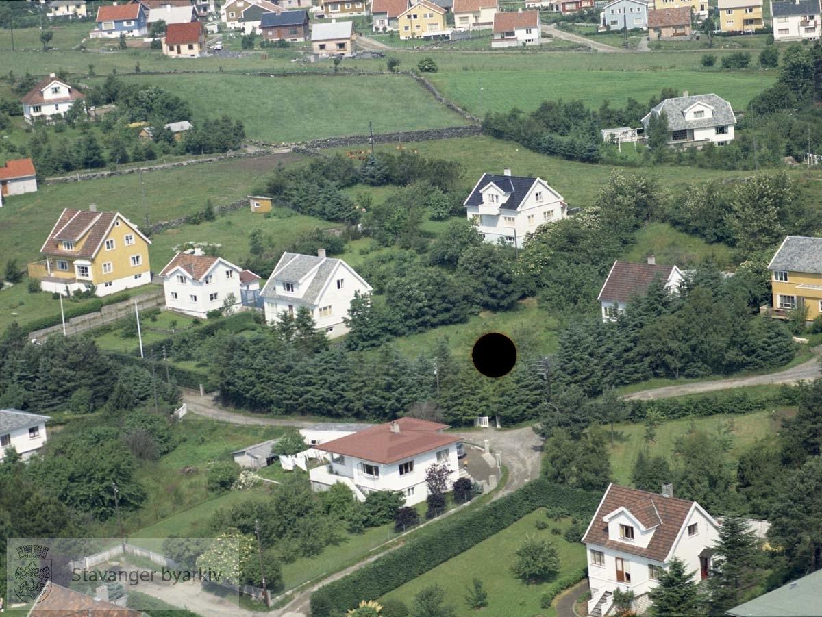 Bebyggelse ved Øvre Knausen, Eikåsveien, Øveråsveien, Øveråskroken..Øverst i bildet Brattåsveien, Åsveien, Ringåsveien..Bildet er gjennomhullet av arkivskaper