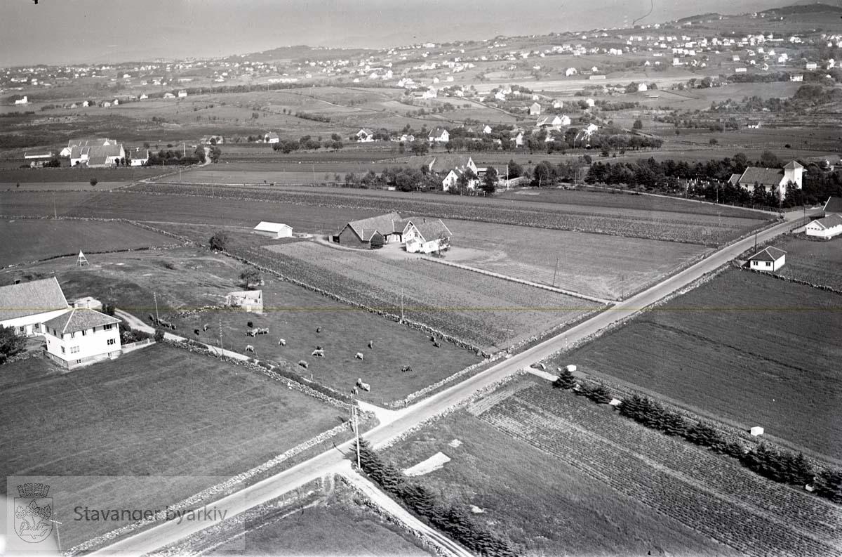 Stavanger ytre. Revheim. Mot N.Ø...Revheimsveien. Revheim kirke til høyre. Torleif Sundes gård til venstre.