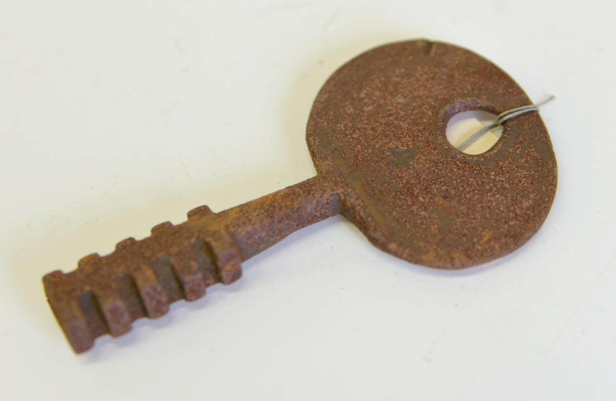 Nyckel tiill polhemslås. Tillvaratagen 1982 i uthus på stadsäga 1394, kv. Hammaren, Alingsås.