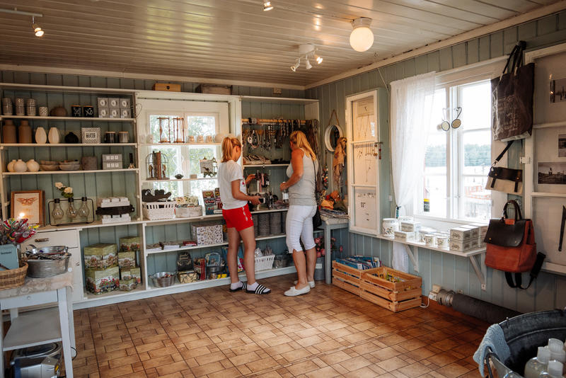 Mor og datter som er inne i museumsbutikken