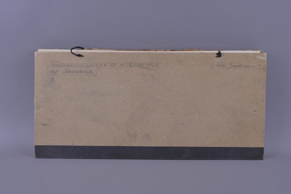 Mappe med materiale som omhandler tegnekonkurranse. Består av mappe (01), Konvolutt (02), visittkort (03-04), hefte (05), ark (06), og tegninger (07-19).   Mappe i grovkornet kartong med tråd for knyting. Inne i mappa ligger 13 rektangulære tegninger. Tegningene er laget på hvitt papir som er limt på kartong. Noen tegninger er fargelagt, noen er i svart-hvitt. Sammen med tegningene ligger det et hefte av papir med trykt svart skrift fra komiteen som omtaler alle bidragene og vinneren, et ark med beskrivelse av det ene bidraget, samt en liten konvolutt med vokssegl som inneholder to visittkort.