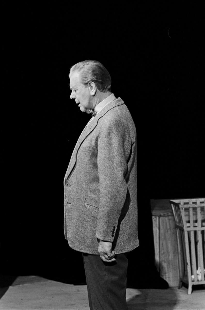 """Scene fra Nationaltheaterets oppsetning av David Storeys """"Hjem"""". Forestillingen hadde premiere 27. oktober 1971. Kirsten Sørlie hadde regi og medvirkende var blant andre Per Aabel som Harry."""