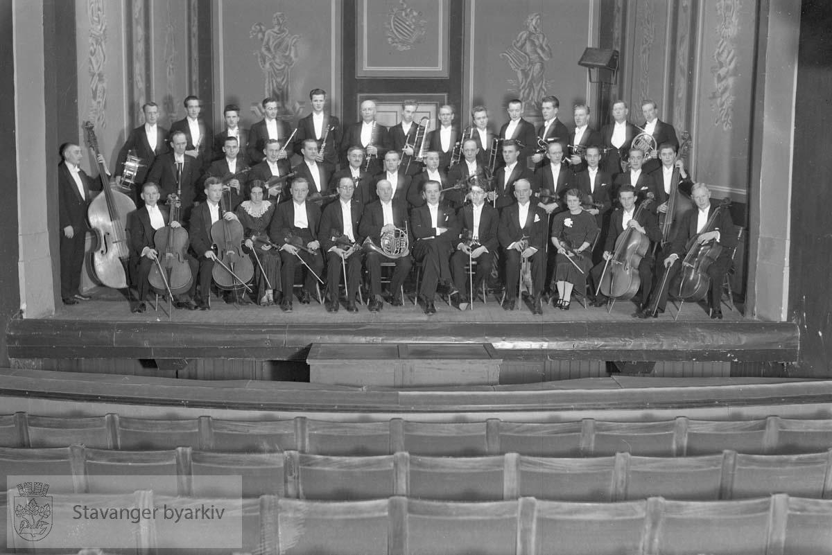 I Oslo, med dirigent Olav Kielland (i midten foran)..(Det kan også være Stavanger Musikkforeningsorkester som gjester Oslo).