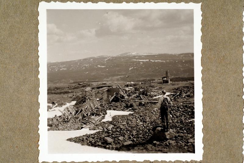 Ruinene etter gruvebebyggelsen på Muggruva. Den gamle transformatorstasjonen bakerst i bildet