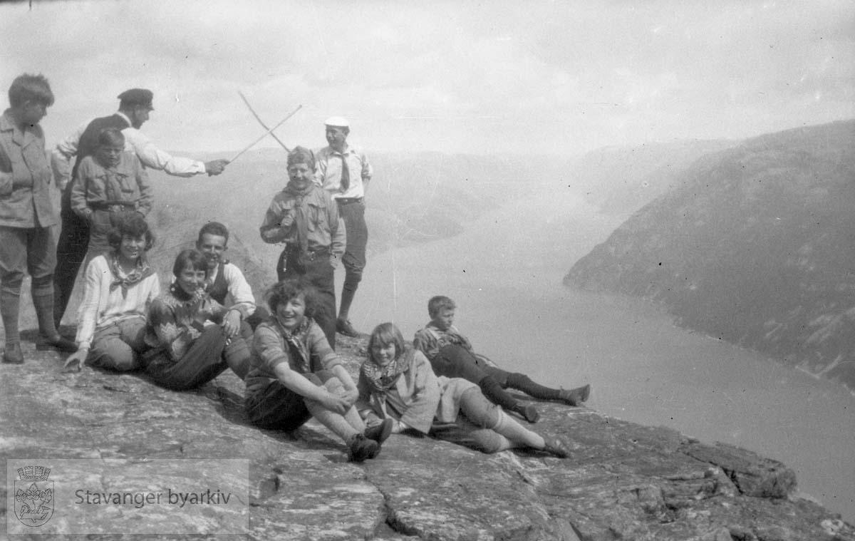 Gruppebilde på fjellklippe med utsikt over fjorden