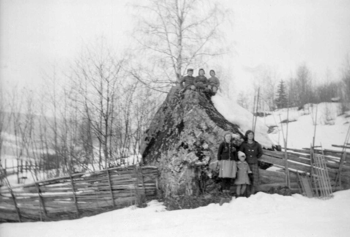 'Storsteinen' ved Søre Jørstad, vinterbilde med barn.