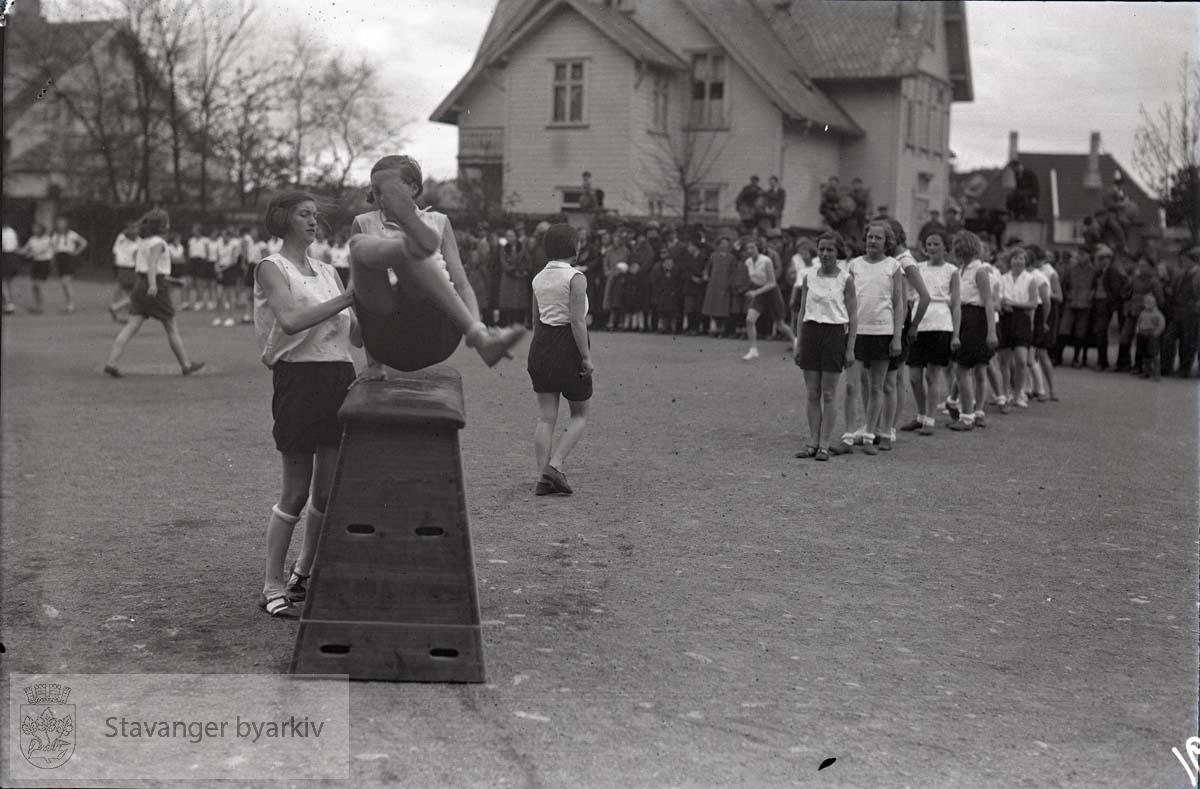 Kvinnelige turnere har oppvisning i skolegården.